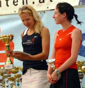 Kathrin Bründl (re.) und Anita Baierl bei der Siegerehrung