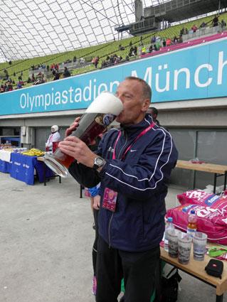 """Ein so erfolgreicher Trainer darf sich auch einmal ein """"kleines Bier"""" einschenken!"""