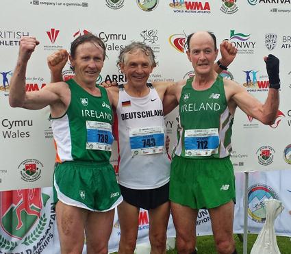 Franz Prager (Mitte) Berglaufweltmeister der Altersklasse M 55, eingerahmt vom Zweitplatzierten Martin McDonald (li.) und dem Dritten Gerard Maloney.