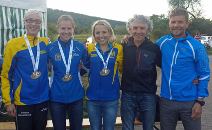 Die Bayerischen Meister: (v. li.) Kathrin Bründl, Susanne Ölhorn und Sabrina Prager. Der Bayerische M55-Meister Franz Prager und M40-Silbermedaillen-Gewinner Alex Sellner.