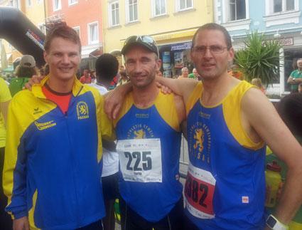 Der siegreiche Halbmarathoni Florian Stelze eingerahmt von Felix Wagner (li.) und Manfred Ammerl.